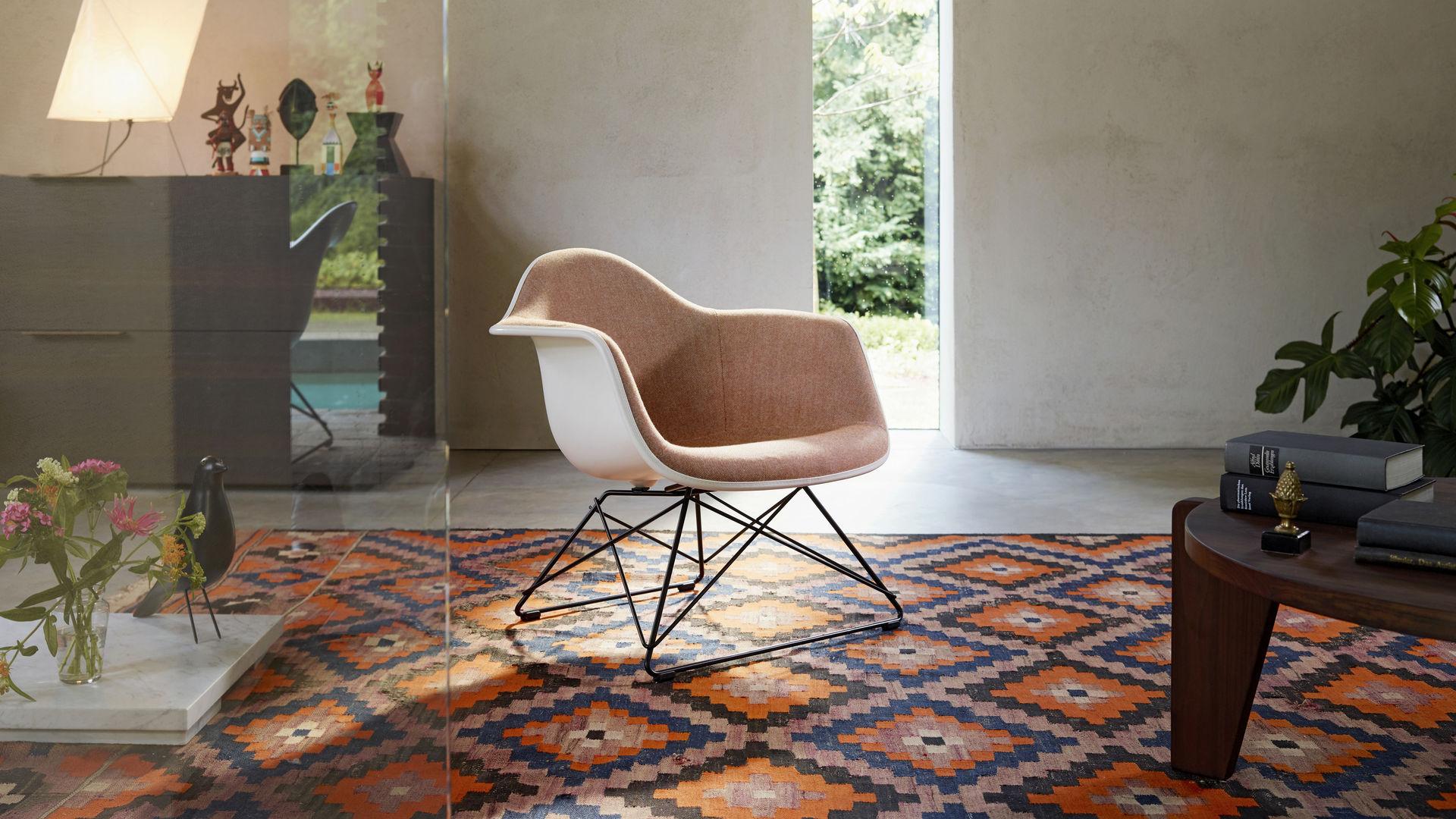 Eames Plastic Armchair Chair LAR Guéridon Bas Eames House Bird Wooden Dolls Akari_web_16-9