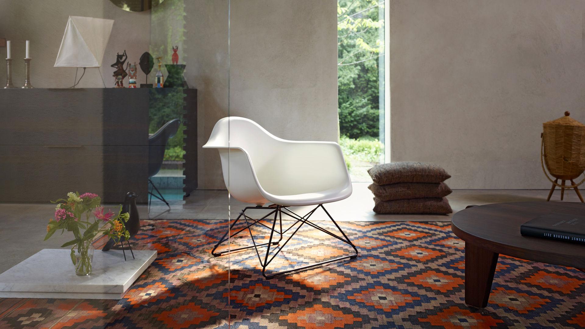 Eames Plastic Armchair LAR and Guéridon Bas_web_16-9